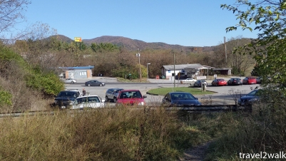 a full parking lot at the trailhead
